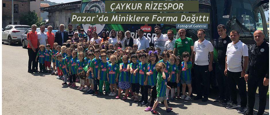 Çaykur Rizespor Pazar'da Öğrencilere Forma Dağıttı.