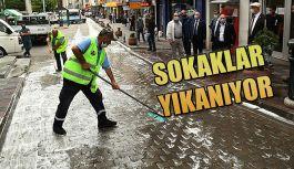Cadde ve sokakları deterjanlı su ile yıkamaya başladı.